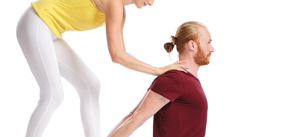 Yoga Aufrichtung Wirbelsäule Yogalehrer Yogalehrerin Hilfestellung